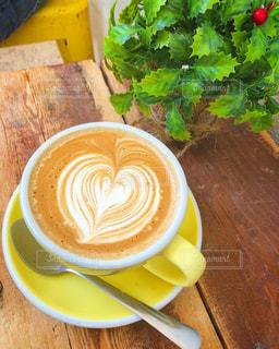 テーブルの上にコーヒーを一杯入れるの写真・画像素材[3260878]