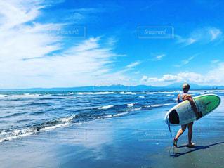 海にサーフボードの写真・画像素材[3261279]