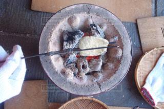 テーブルの上のケーキと木製のまな板の写真・画像素材[705380]