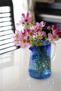 テーブルの上に花瓶の花の花束の写真・画像素材[755549]
