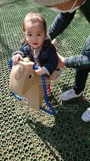 馬の乗り物に乗る赤ちゃんの写真・画像素材[3263724]