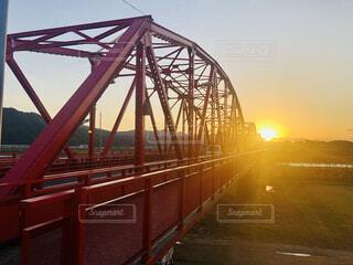 四万十川の赤鉄橋から見る夕日の写真・画像素材[4027455]