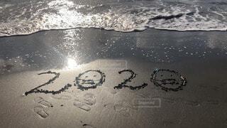 砂浜に書いた2020年の絵文字の写真・画像素材[4027462]