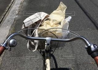 自転車で買い物の写真・画像素材[3330187]