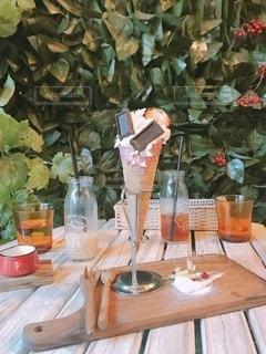 テーブルの上に花の花瓶の写真・画像素材[3337924]