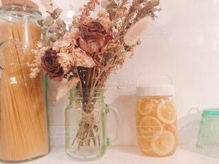 テーブルの上に花の花瓶の写真・画像素材[3337921]