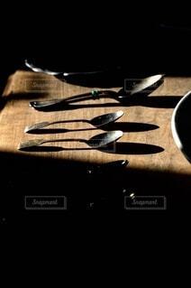 木製のテーブルの上に座っているナイフの写真・画像素材[4177655]