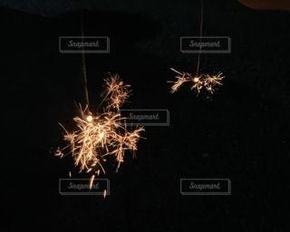 暗闇の中で爆発する花火の写真・画像素材[3277075]