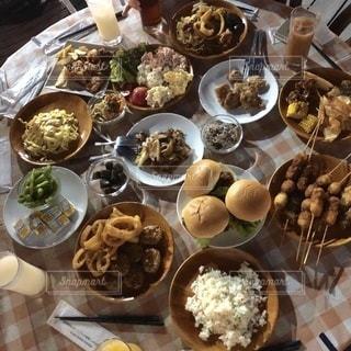 食べ物でいっぱいのテーブルの写真・画像素材[3279300]