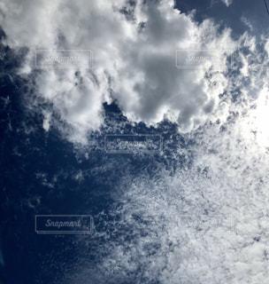 青に群れる雲の写真・画像素材[2417689]