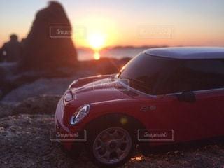 夕焼けとミニークーパーとラジコンの写真・画像素材[3301853]