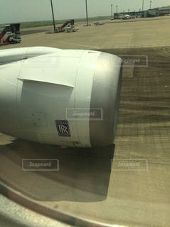 ターマックの上に座っている飛行機の写真・画像素材[3274409]