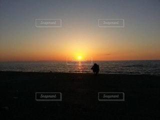 ビーチに沈む夕日の写真・画像素材[3273580]