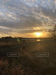 夕焼けと子供の写真・画像素材[3306400]
