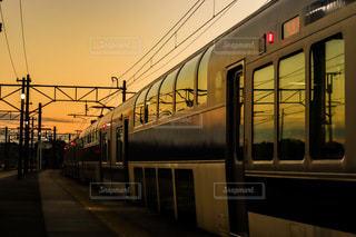 夕焼けに染まる電車の写真・画像素材[3312599]