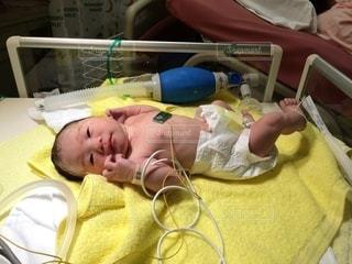 ベッドに座っている赤ちゃんの写真・画像素材[3391381]