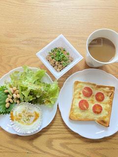 食べ物の皿をテーブルの上に置くの写真・画像素材[3776653]