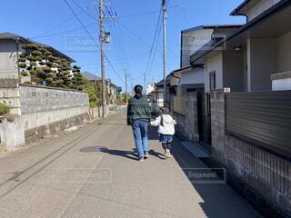 歩道に立っている人の写真・画像素材[4367054]