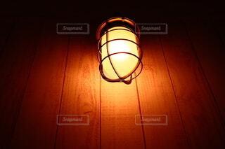 暗がりわ照らしてるライトの写真・画像素材[3796860]
