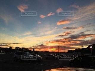 日没の前に駐車している車の写真・画像素材[3301233]