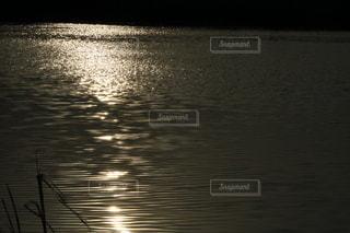 水の体に沈む夕日の写真・画像素材[3278126]