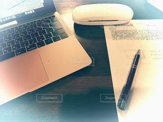 テーブルの上に座っているラップトップコンピュータの写真・画像素材[3382627]