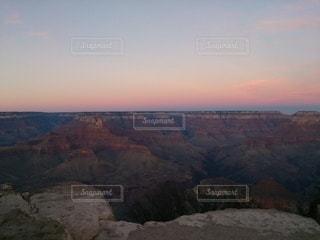 背景に夕日のある峡谷の写真・画像素材[3281467]