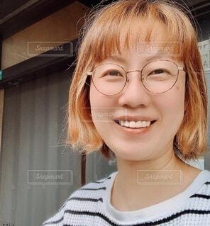 カメラに向かって微笑む女性の写真・画像素材[3671399]
