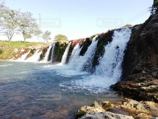 水の上に大きな滝の写真・画像素材[3284128]