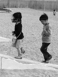 砂浜を歩く兄妹の写真・画像素材[3288780]