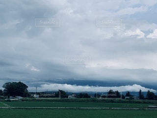 東の山々が雲で埋れてるの写真・画像素材[3315571]