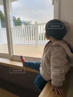 窓の前に立っている少年の写真・画像素材[3326208]