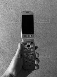 携帯電話を持つ手の写真・画像素材[3326241]