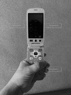 携帯電話を持つ手の写真・画像素材[3326240]