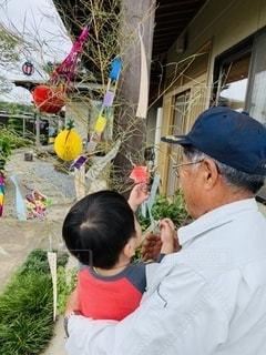 おじいちゃんと七夕飾りの写真・画像素材[3327902]