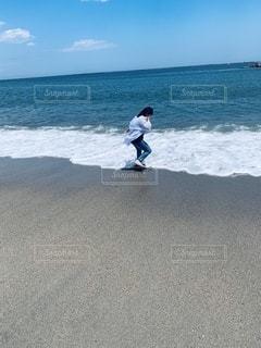 浜辺で波と遊ぶ女性の写真・画像素材[3341319]