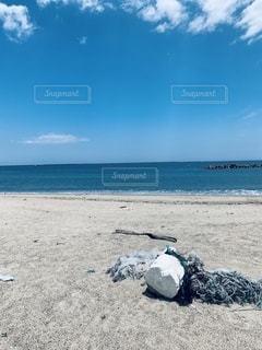 砂浜の上に座っている人の写真・画像素材[3341318]