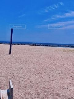 砂浜の上に座っている人の写真・画像素材[3352928]