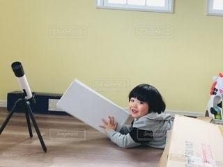 机に座っている人の写真・画像素材[3353533]