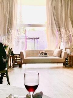カーテンの前に家具とテーブルが詰まった部屋の写真・画像素材[3354021]