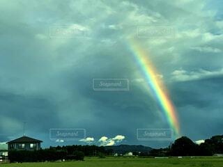 とても強く光る虹の写真・画像素材[4837970]