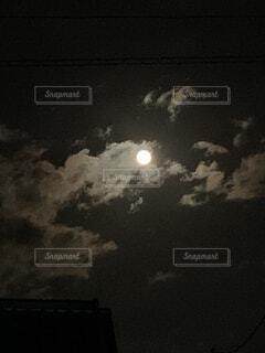 暗闇の中の雲の群の写真・画像素材[4842009]