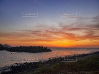 水の体に沈む夕日の写真・画像素材[3288112]