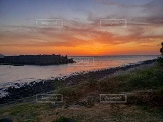 水の体に沈む夕日の写真・画像素材[3288105]