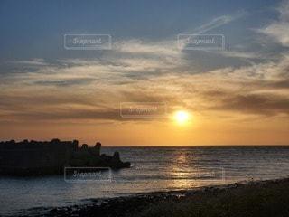 水の体に沈む夕日の写真・画像素材[3288113]