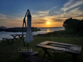 水の体の前にあるベンチの写真・画像素材[3288109]