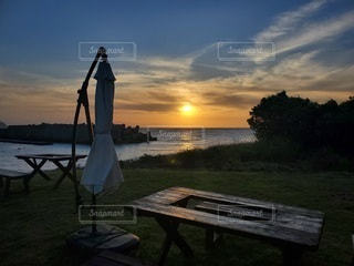 水の体の前にあるベンチの写真・画像素材[3288108]