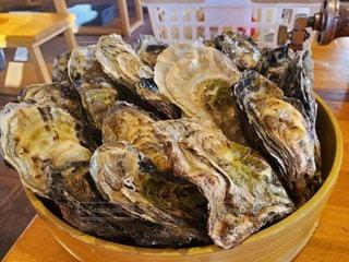 テーブルの牡蠣の写真・画像素材[3288111]