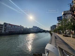 都市を背景にした水の体に架かる橋の写真・画像素材[3288121]