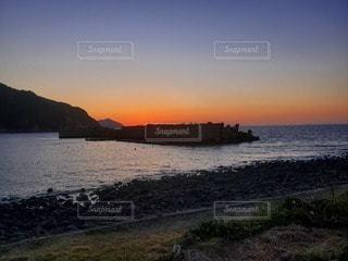 水の体に沈む夕日の写真・画像素材[3288126]